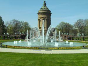 Brunnenanlage mit Park