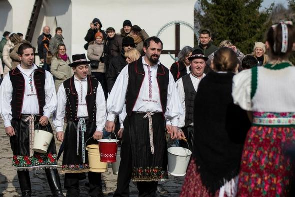 """Celebraciones de Pascua en Hungría """"Locsolkodás"""""""
